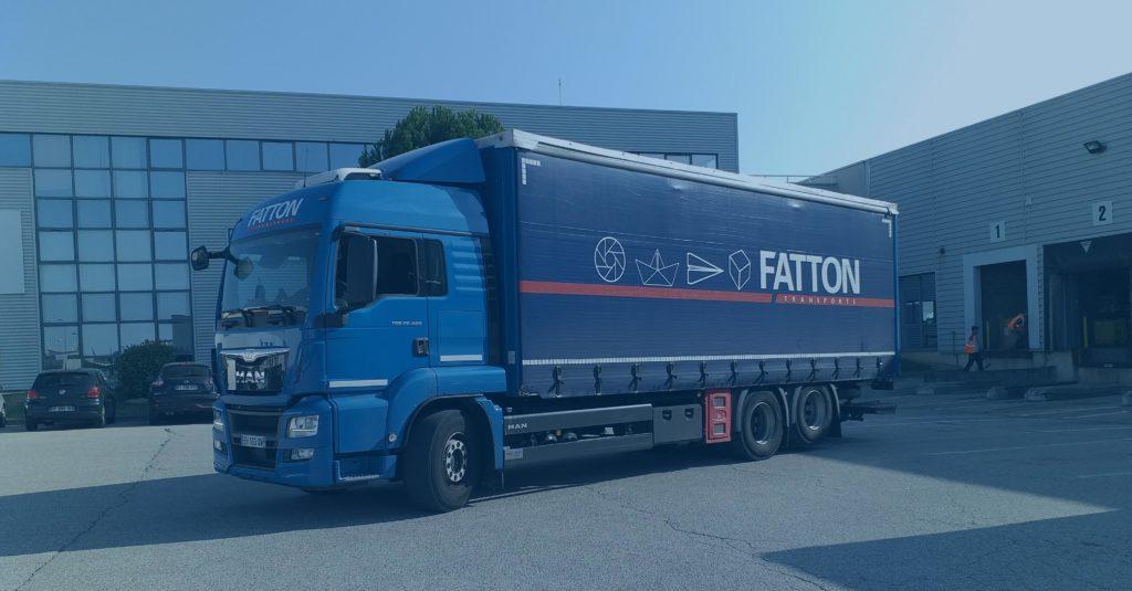 Camion FATTON Transports garé devant un entrepôt